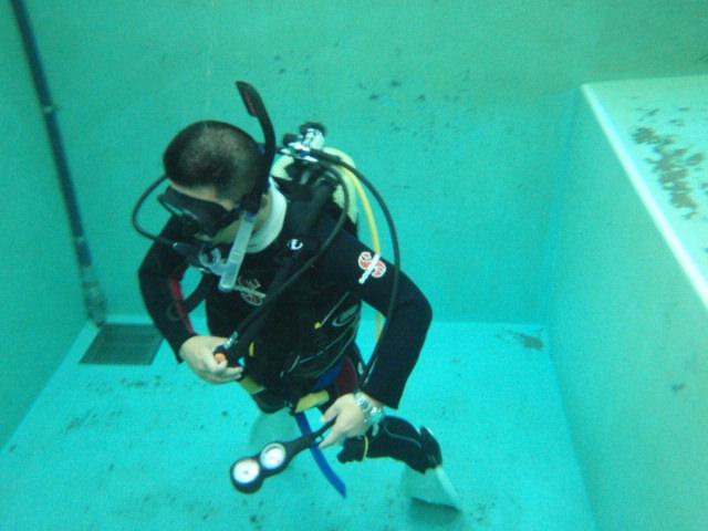 CoCoMoプールでダイビング練習