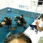 夜の店内プールでダイビングコース(IDC)