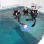 昼下がりの、店内プールでご夫婦ダイビングレッスンなう!
